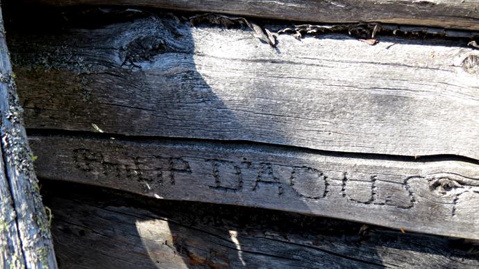 Fra Sandy Lake Expedition 2013 - Signaturen til Phil DAoust over brisken i hytta, North West Territories, Canada. Foto: Christian Engelschi?n, 2013.