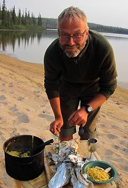 Erling Sagneskar lager mat ved Snowdrift River