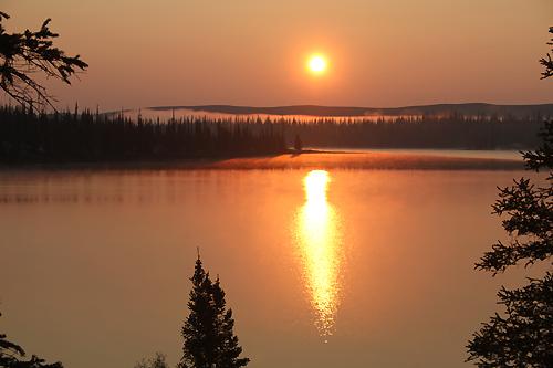 Solnedgang over Lake Runa ved Snowdrift River. Foto: Harald Sollund