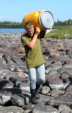 Christian Engelschi?n b?rer t?nne o portage ved Snowdrif River nordre arm. Foto: Harald Sollund.