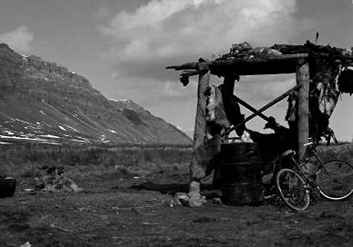 Et cache i den siste Nunamiut-bosetningen ved Anaktuvuk (1949)